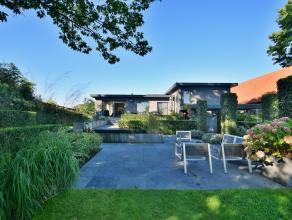 Volledig gerenoveerde modernistische villa omgeven door prachtige tuin met o.a. lichte leefruimte met open keuken, bureelruimte, 3 slaapkamers en badk