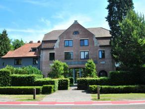 """Ruim duplex appartement met 2 slaapkamers en terras op de tweede verdieping in het karakteristieke pand """"Vredeburg"""" in het centrum van Heide-Kalmthout"""