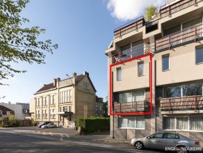 Duplex-appartement met garagebox gelegen op de eerste verdieping. Dit appartement gelegen nabij het Sint-Pieters-station is instapklaar. Het pand besc