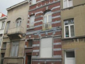 LAEKEN: Dans une petite rue à l'arrière de la place Bockstael, au 2ème étages, appartement 1 chambre en bon état, c
