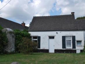 Située sur un grand axe montois, cette petite maison est idéale pour y faire un studio. Comprenant un séjour, un coin chambre d'e