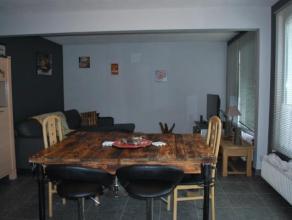 Maison plain pied idéalement située dans un clos calme et proche de toutes les facilités. Elle se compose d'un hall d'entr&eacute