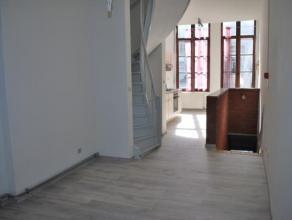 Situé près de la Grand Place de Mons, appartement composé au 1er étage d'un séjour et d'une cuisine équip&ea