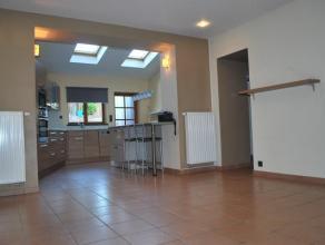 Cuesmes, belle maison tout confort proche de toutes les facilités. Elle se compose: Rez ; Hall d'entrée, salon, salle à manger av