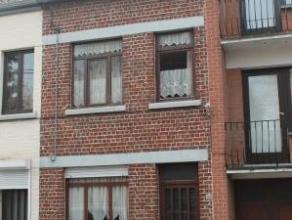 Située dans une rue calme, maison à rénover comprenant au rez: bureau, séjour, cuisine, salle de bains et wc; à l'&