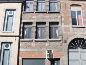 Située dans la Rue de la Halle, cette bâtisse peut faire l'objet de destinations diverses: maison unifamiliale avec 4 chambres, immeuble