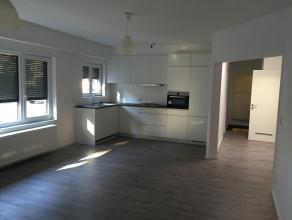 Volledig gerenoveerd appartement op het gelijkvloers met kleine koer en garagebox. Inkomhal, nachthal , living <br /> ( 7,70 x 4,60) met open ingerich