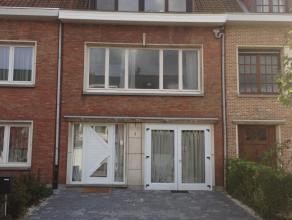 Ruime eengezinswoning met inkomhal en apart toilet, garage, living met laminaatvloer (7,40, 5,80), open <br /> ingerichte keuken met gasvuur, dampkap,