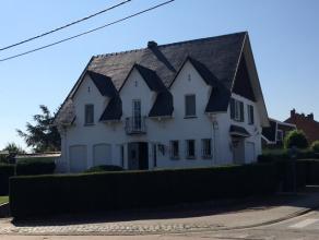 Een zeer mooie villa op een grond van bijna 5 are groot en dit in een rustige omgeving. Deze villa heeft 4 slaapkamers, een garage en een tuin. Voor d