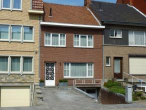 MAASTRICHTERSTEENWEG 230:<br /> Ruime woning met 2 slaapkamers, volledig onderkelderd met garage en aangelegde tuin met terras.<br /> <br /> Indeling: