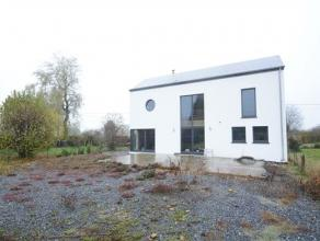 Arlon Fouches, spacieuse maison 4 façades sur terrain de 35 ares. Ce bien est composé comme suit: niveau 0: hall d'entrée, wc, sa