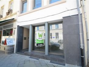 Arlon centre , splendide surface commerciale de 50 m² composée d'une belle vitrine, d'une kitchenette, wc , cave aérée , &ea