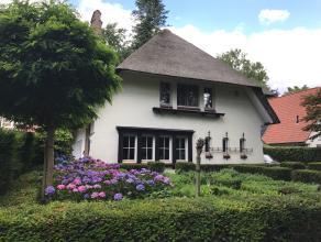 Deze karaktervolle villa ligt op een uitstekende locatie. Ideaal voor wie dicht bij het dorp wil wonen maar ook flexibel overal met de wagen of openba