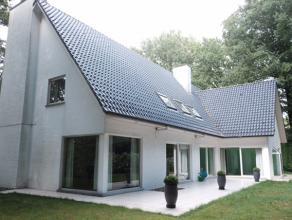Bent u op zoek naar een ruime moderne villa? Dan is dit wellicht iets voor u. De uitmuntende ligging is een van de grootste troeven van dit pand.<br /