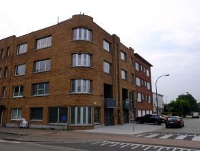 Zeer hippe gerenoveerde duplex-loft op gelijkvloers en eerste verdieping van een hoekpand met vier gelijkaardige woningen. Gelegen op een uitstekende