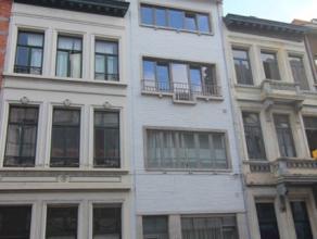Een gezellig bemeubeld, twee-slaapkamerappartement in Antwerpen. De badkamer is uitgerust met ligbad/douche, toilet en lavabo. De keuken is half open