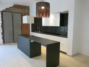 Ruime, lichte loft van 130m² op het Zuid. Grote, open leefruimte met open, ingerichte keuken voorzien van koelkast, diepvriezer en vaatwasser. Ac