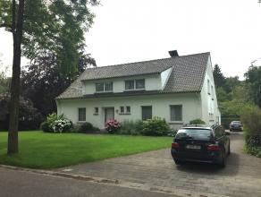 Gelegen op de hoek van de Donssteenweg en de H. De Winterlei vindt u deze prachtige woning. Veel ruimte en licht zijn kenmerkend voor deze mooie villa