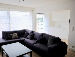 Centraal gelegen, mooi gerenoveerd twee-slaapkamerappartement.<br /> Ruime en zeer lichte woonkamer met open, ingerichte keuken.<br /> Vloer volledig