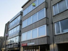 Appartement op de derde verdieping Gelegen nabij het centrum! Lift voorzien in het gebouw. Indeling: Inkomhal met vestiairekasten. Toilet apart. Woonk