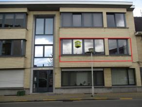 Appartement aan stationsbuurt Appartement op de eerste verdieping en ingedeeld als volgt: Inkomhal met apart toilet. Woonkamer met parketvloer. Ingeri