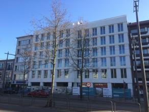 Appartement 1.2 is prachtig zuidgeoriënteerd, heeft 2 slaapkamers met mooi terras en zicht op parktuin. Inkomhal met vestiaire, mooie grote leefr