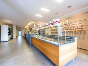 BIJZONDER COMMERCIEEL gelegen handelsgelijkvloers, bestaande uit een winkelruimte met keukengedeelte. Zeer goede locatie te midden een druk bewoonde r