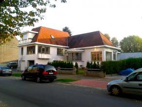 Stadsvilla met tuin, twee ruime garages, 3 kelders, woonruimte, terras, keuken, 4 slaapkamers, 2 badkamers, 2 zolders.<br /> Heel gunstige commerci&e