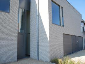 Mooie nieuwbouwwoning met op het gelijkvloers de garage met berging/wasplaats, inkomhal met apart toilet, leefruimte met open keuken en toegang tot de