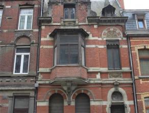 Maison unifamiliale à rénover. Elle se compose au rez-de-chaussée d'un hall d'entrée, salon, salle à manger; au 1er