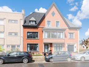 Op wandelafstand van de Brugse binnenstad huisvest deze statige woning. De woning heeft in 2013 een volledige renovatie ondergaan en is afgewerkt met