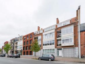 Dit aangenaam appartement van maar liefst 110 m² ligt op de derde verdieping van een kleinschalige residentie op wandelafstand van de Brugse binn