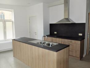 In het centrum van Roeselare-Beveren, op een TOP-locatie, huisvest deze gelijkvloerse woning.De woning is als volgt ingedeeld: het beschikt over een r
