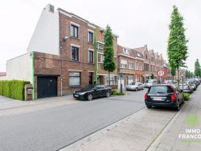 Op wandel- en fietsafstand van het centrum van Brugge huist deze statige halfopen woning. Dit licht op te frissen eigendom is gelegen in een rustige w