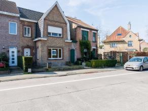 Op de grens van Assebroek en Sint-Kruis vinden we deze charmante te renoveren rijwoning. De uiterst gunstige ligging in combinatie met het enorme pote
