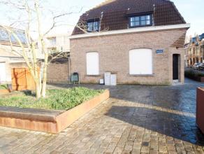 In het hartje van Diksmuide, dicht bij de markt bevindt zich deze charmante woning. De eigendom omvat een ruime living met eet- en zithoek, een