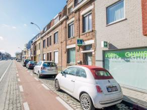Deze statige gezinswoning is centraal gelegen op slechts twee kilometer van het centrum van Brugge. Het gelijkvloers omvat een inkomhal, een woonkamer
