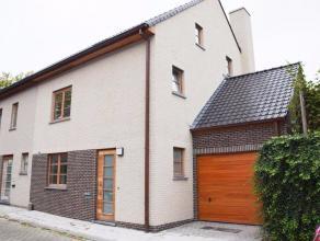 Op toplocatie nabij deBrugse binnenstadhuisvest deze zeer mooie halfopen bebouwing. De eigendom is ingedeeld in een ruime woonkamer