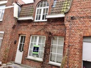 In het hartje van Diksmuide, dicht bij de ijzerlaan ( Lidl, kleinhandel, openbaar vervoer) bevindt zich dezecharmante woning. De eigendom omvat een in