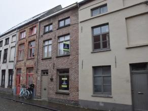 In de Brugse binnenstad huist deze charmante rijwoning voorzien van alle comfort. Deze stadswoning bevindt zich in de Snaggaardstraat te Brugge, op sl