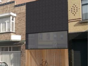 Vlot bereikbaar gelegen nieuwbouwwoning in het centrum van Roeselare. Deze woning beschikt over een inkomhal en videofooninstallatie, ruime woonkamer,