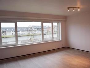 Nabij de Brugse binnenstad resideert dit zonovergoten appartement met zicht op het water. Het eigendom is rustig doch centraal gelegen met een vlotte