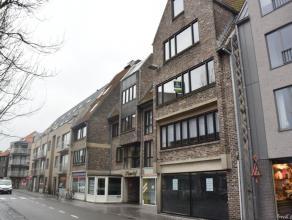 Dit instapklaar appartement is gelegen aan de markt te Gistel, vlakbij alle winkels, horecazaken en openbaar vervoer. Het omvat een gezellige woonkame