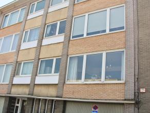 Goed onderhouden appartement op de 1ste verdieping met garage.  Het appartement beschikt over een inkomhal met vestiaire. Leefruimte van circa 32 m&su