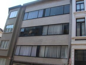Volledig gerenoveerd dakappartement op de 4de verdieping (zonder lift).  Het appartement beschikt over een ingerichte keuken.  Ruime leefruimte met ve