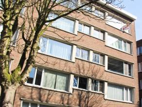 Volledig vernieuwd appartement gelegen op de 1ste verdieping (met lift) met twee slaapkamers.  Het appartement beschikt over een inkomhal met ingemaak