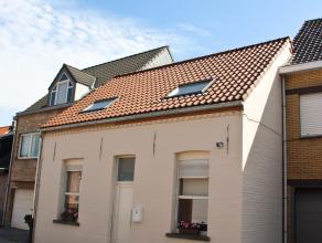 Deze instapklare en goed geïsoleerde gezinswoning werd volledig gerenoveerd in 2014. De woning beschikt op de gelijkvloerse verdieping over een i