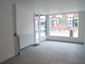 Gerenoveerd handelsgelijkvloers van ca. 62 m² in het centrum van Ekeren. Indeling : handelsgedeelte - extra bergruimte - keuken - badkamer (inloo