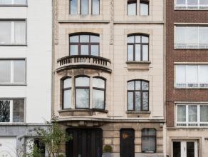 Deze prestigieuze herenwoning naar een ontwerp van architect Van Coppernolle, op toplocatie op de grens Antwerpen/Wilrijk, werd in 2009 volledig geren