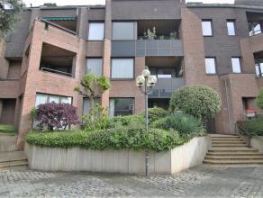 Ruim appartement in het centrum gelegen aan rustig pleintje.<br /> Inkom met gastentoilet en vestiaire, ruime living met terras en aparte keuken met w